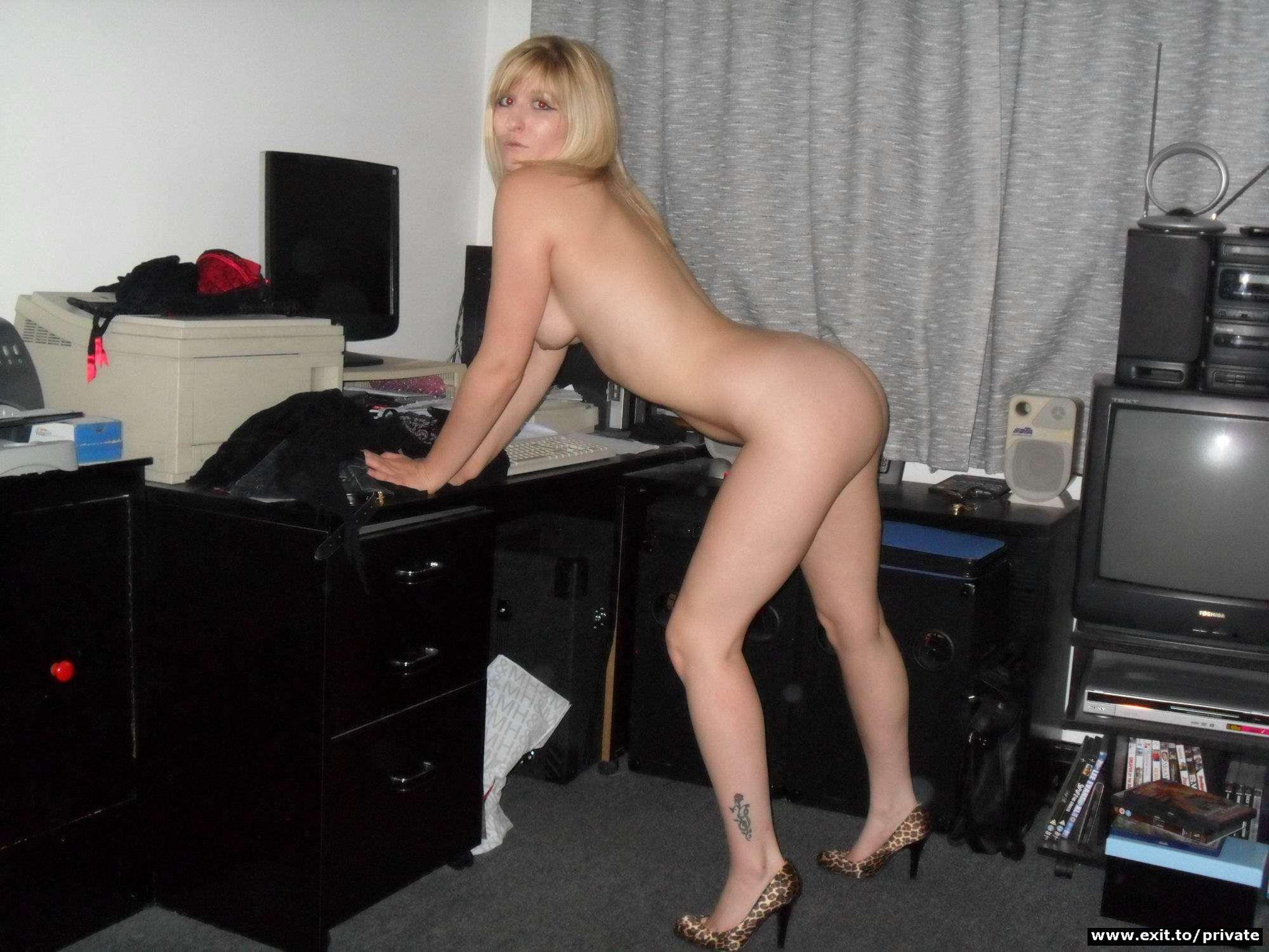 Проститутка ебется на лестничной площадке 8 фотография