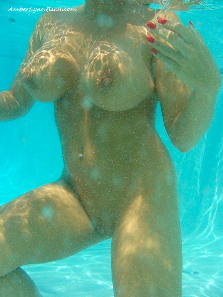 Сиськи под водой порно фото 17 фотография