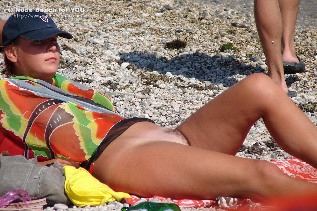 Фото бритых писек на пляже 2 фотография