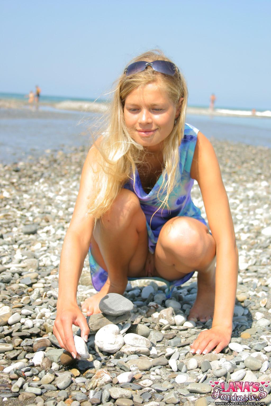 девушки на пляже без трусиков фото