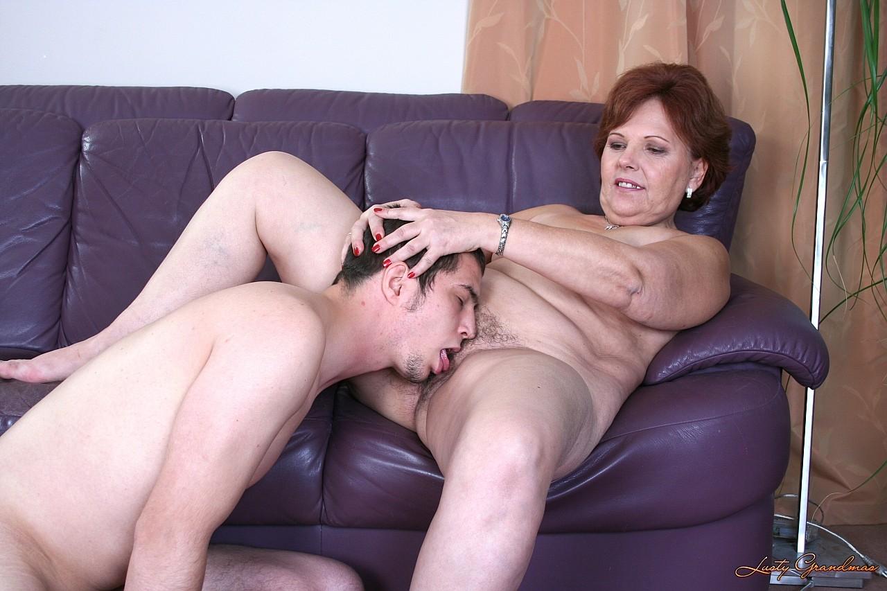 Порно из реальной жизни старушка учит лизать