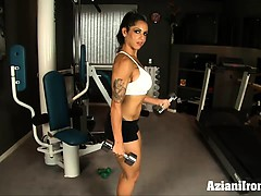 buff-female-bodybuilder-treu-works-out-nude-in-her-home-gym