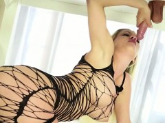 sienna-day-gives-an-awesome-handjob