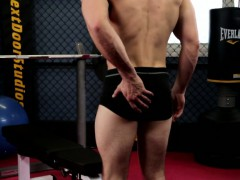 gaysex-muscle-jock-wanking-at-the-gym