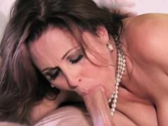 mature-busty-cougar-star-julia-ann-facialized