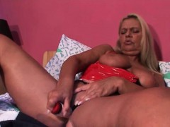 blonde-mature-hottie-fucks-herself-to-orgasm