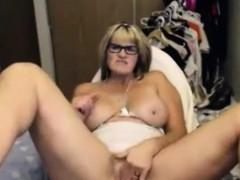 amateur sexy mature masturbates