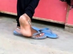 candid-indian-anklet-feet-shoeplay-in-flipflops