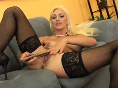 blonde-cameron-dee-sexy-and-solo