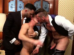 muscle-gay-threesome-with-cumshot
