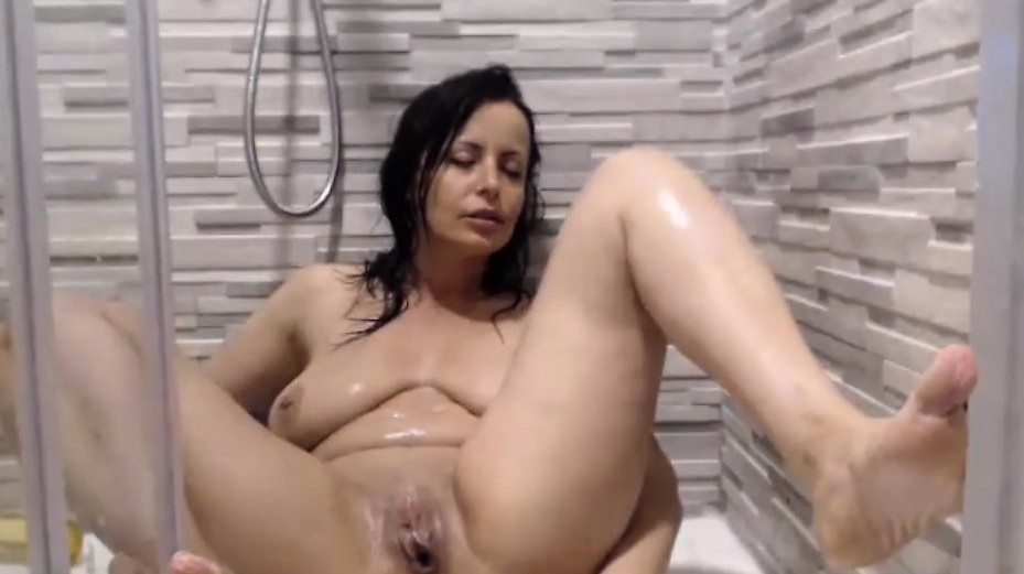 Ей нравиться принимать душ