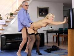 Su sobrina le hace las mejores mamadas – Videos XXX Incesto