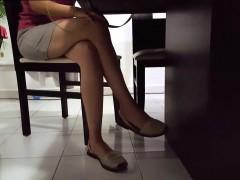 Slender Hottie Wears A Short Skirt And Displays Her Hot Leg