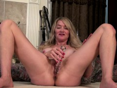 sexy american mature toying herself