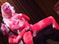 Een sexy lapdance loopt uit in een extreme bdsm sessie op het podium