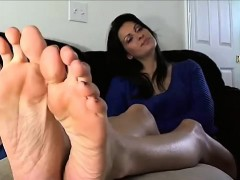 hot-mature-lady-exhibits-bottoms-and-the-toes