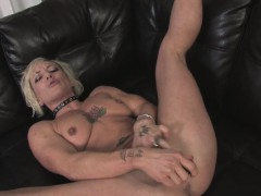 Blonde milf enjoys rubbing her drenched pussy