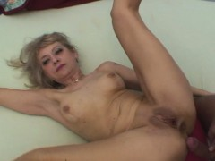 Blonde moeder wil sex met haar zoon