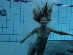 bouncing-booty-in-a-underwater-show