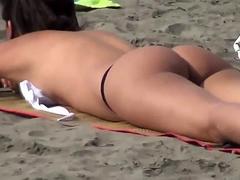 voyeur-girl-naked-on-public-beach