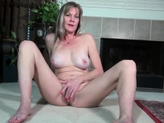 american-milf-strips-off-and-plays-her-snapchat-bambi18xx