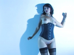 sexy-milf-dana-vespoli-shows-off-her-curves-for-us-to-see