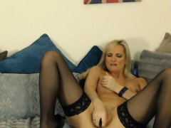 sexy-blonde-mom-with-perfect-body-fingering-wet-pussy