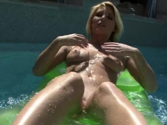 niki-lee-poses-nude-in-the-pool