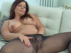 euro-milf-nicol-strips-off-and-rubs-her-pink-hole