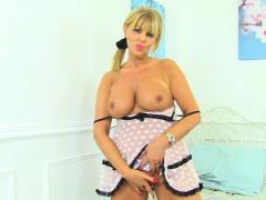uk milf nicole wraps her big fanny lips around a dildo