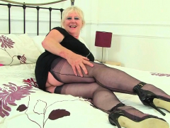 british gilf zadi nails her old fanny with a black dildo