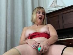 florida-milf-chery-leigh-stuffs-her-bald-pussy-with-fingers