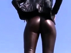 sexy-leder-cameltoe-im-freien-zu-fu