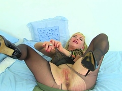 english-milf-lelani-fucks-her-lovely-fanny-with-a-cucumber