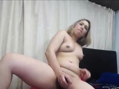 shaved-pussy-camgirl-fucking-dildo