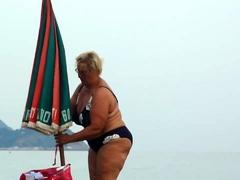 voyeur-girl-jerks-off-dick-her-boyfriend-at-a-public-beach
