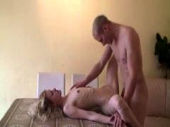 blonde amateurmaid auf dem Tisch genagelt