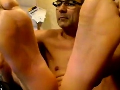 str8-daddy-shows-his-meaty-feet-soles