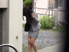 japanese-hottie-urinates-on-the-street